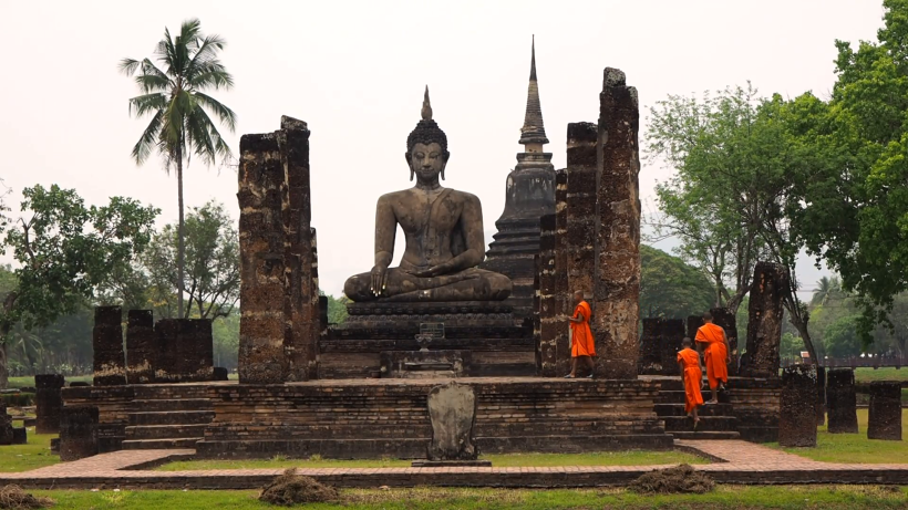 novice-buddhist-monks-at-wat-mahathat-temple-ruins-sukhothai-historical-park-thailand_71zlacu___f0000